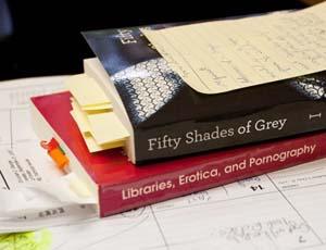 Reseña de Cincuenta Sombras de Grey. Una de 'arena' por Universo de los libros.