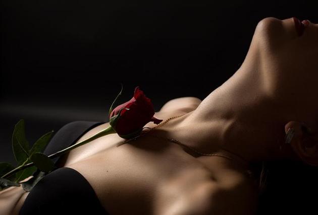 Sexualidad femenina. Rosa y ropa interior negra.