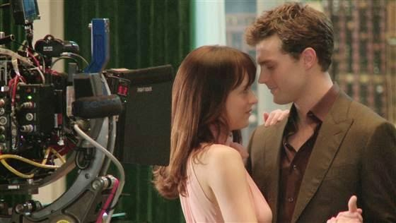 Cámara enfocando a Jamie Dornan y Dakota Johnson
